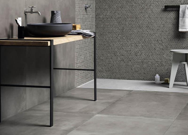 Betonlook tegels in de badkamer. tegels & laminaat