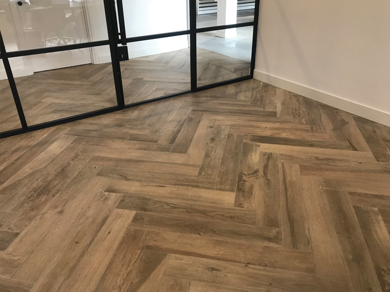 Visgraat houtlook tegels in de woonkamer u tegels laminaat