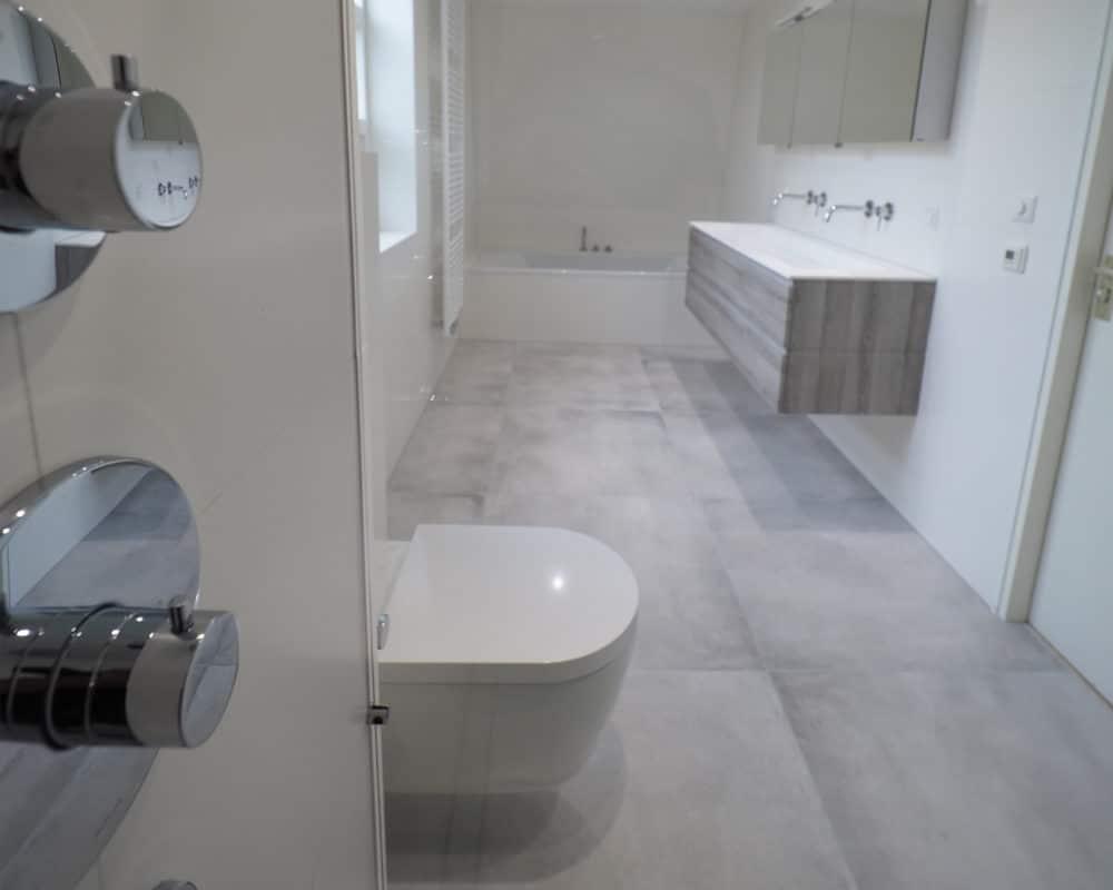 Betonlook Badkamer Maken : Betonlook tegels en wit matte wandtegels in de badkamer t l