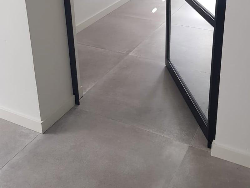 Zwarte stalen deuren met lichte betonlook tegels in de woonkamer u2013 t&l