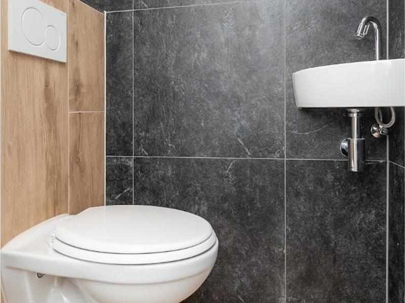 Combinatie van houtlook en natuursteenlook tegels in de badkamer