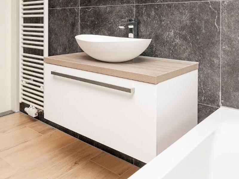 Houtlook Tegels Badkamer : Combinatie van houtlook en natuursteenlook tegels in de badkamer