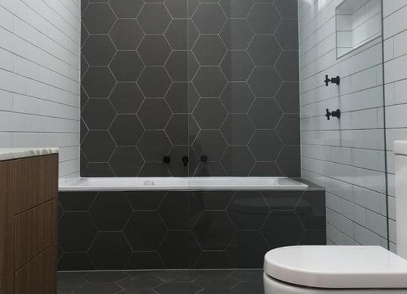 Wandtegels Badkamer Antraciet : Zeshoekige hexagon tegels in de badkamer u2013 tegels & laminaat