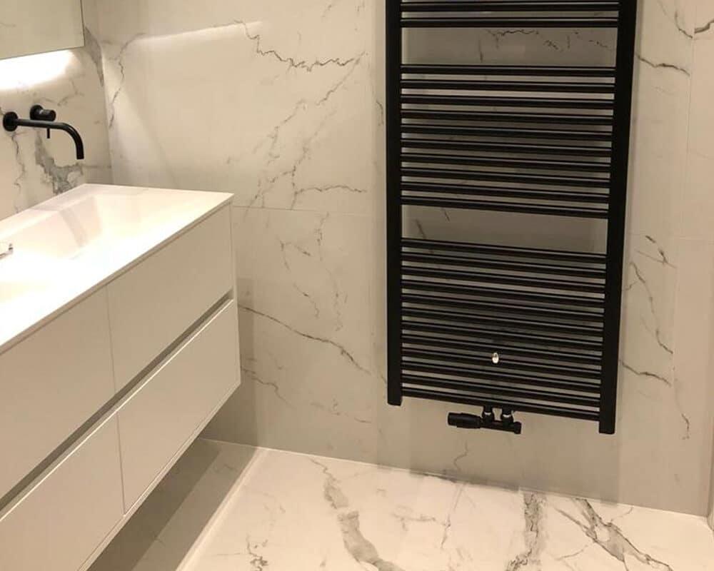Sanitair En Tegels : Badkamer met bruine marmerlook tegels leisteenlook en tegelstroken
