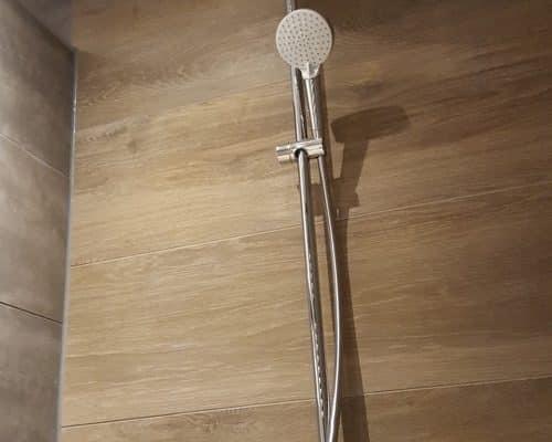Bruine Betonlook Tegels en Houtlook Tegels in Badkamer