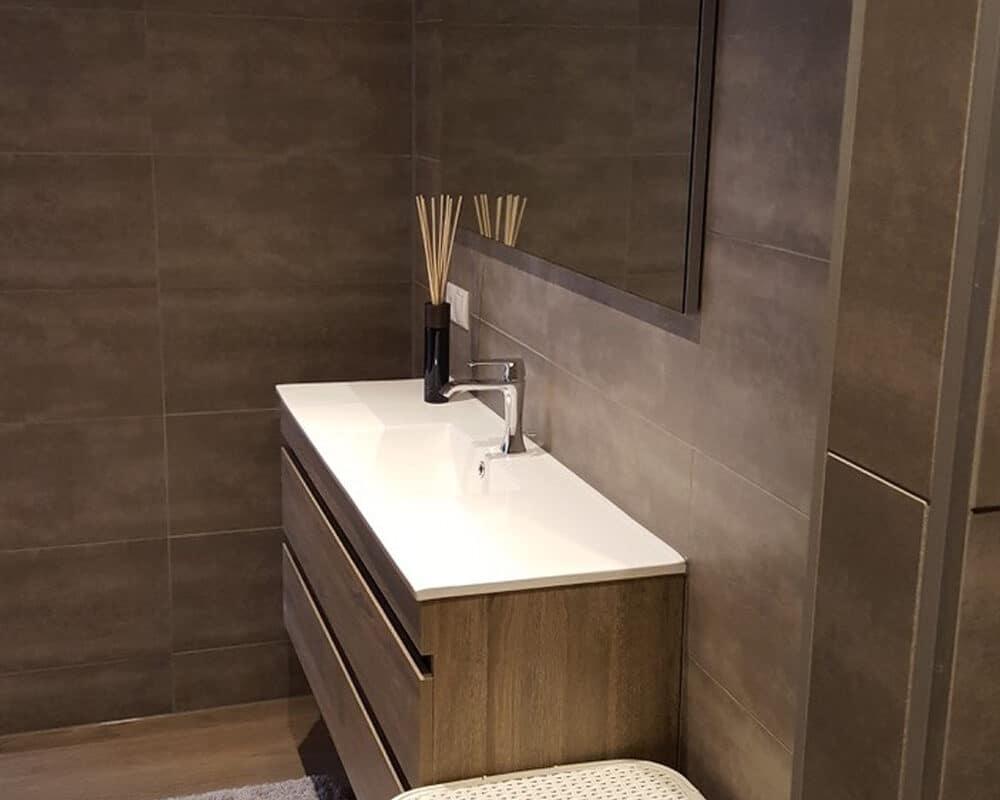 Betonlook Tegels Badkamer : Badkamer met bruine marmerlook tegels leisteenlook en tegelstroken