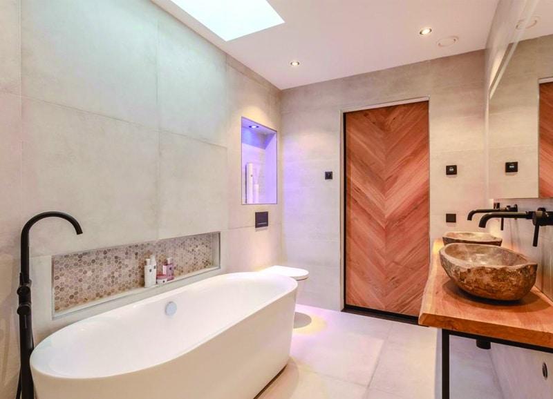 Badkamer Van Mozaiek : Badkamer met bruine marmerlook tegels leisteenlook en tegelstroken