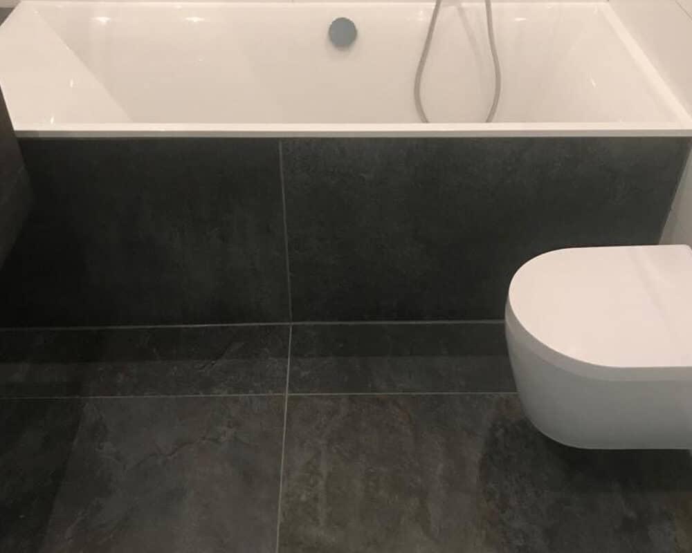 Wandtegels Badkamer Zwart : Badkamer met bruine marmerlook tegels leisteenlook en tegelstroken