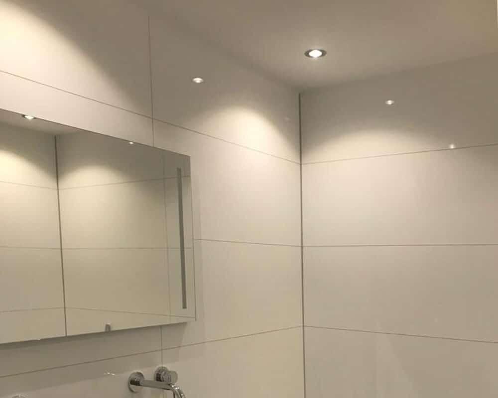 Witte Tegels Badkamer : Badkamer met bruine marmerlook tegels leisteenlook en tegelstroken