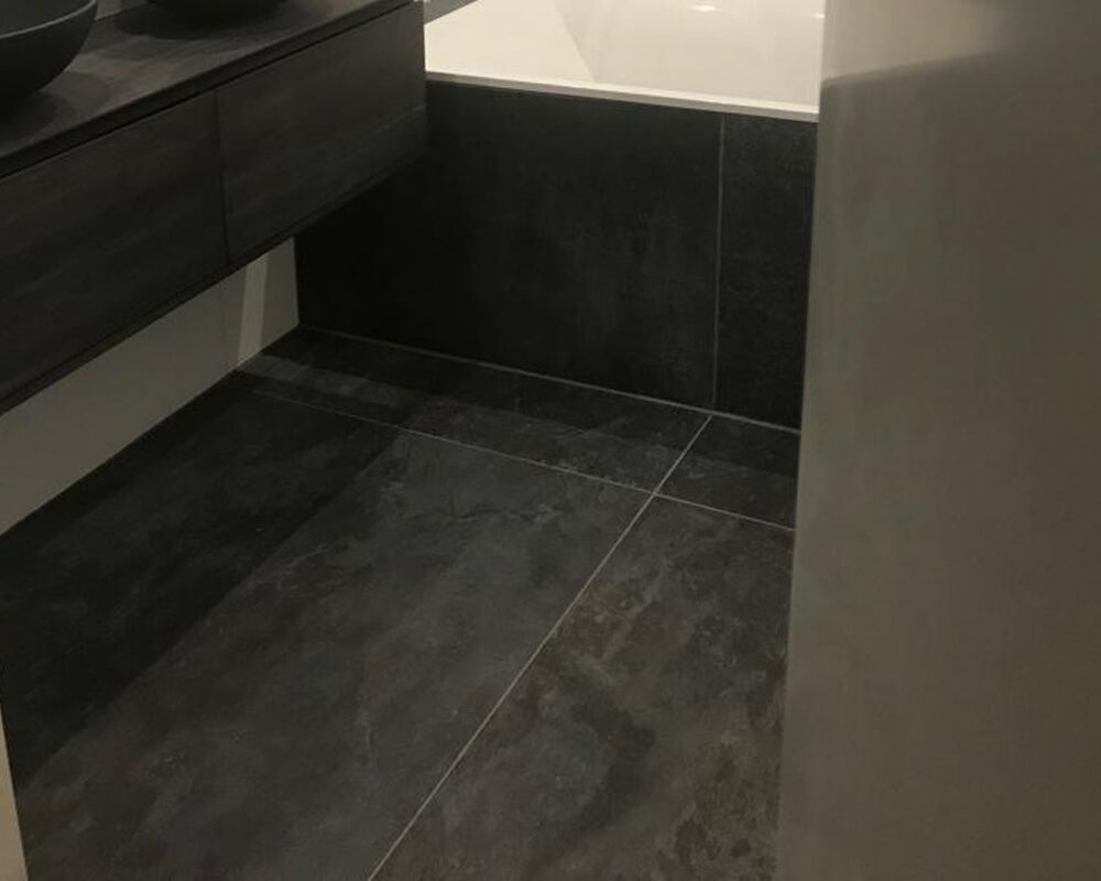 Badkamer Tegels Zwart : Grote witte wandtegels met natuursteenlook tegels in de badkamer