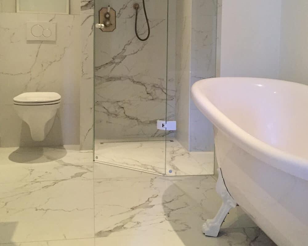 Badkamertegels Met Motief : Badkamer met bruine marmerlook tegels leisteenlook en tegelstroken