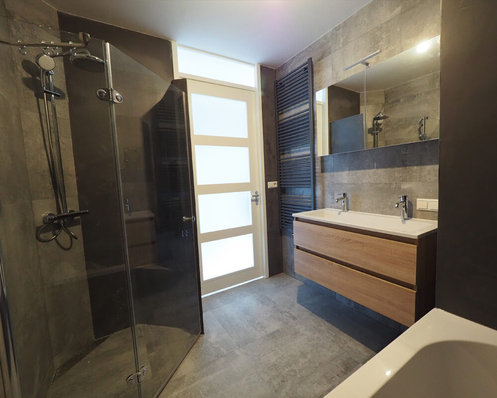 Grijze betonlook tegels badkamer met beton ciré wanden t l