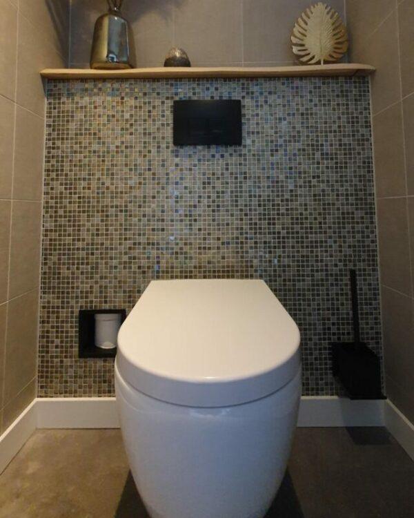 Wc met mozaiek tegels