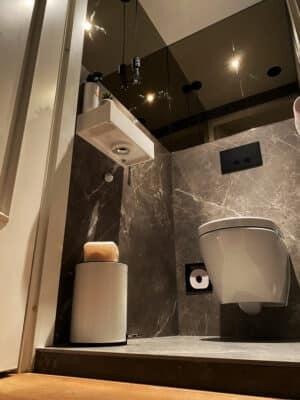 Toilet met marmerlook tegels