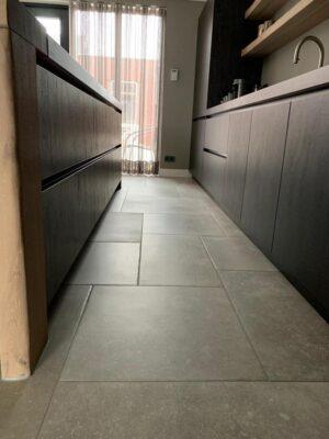 Woonkamer natuursteenlook vloertegels