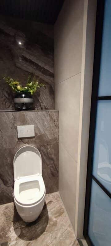 Betonlook en Marmerlook tegels toilet