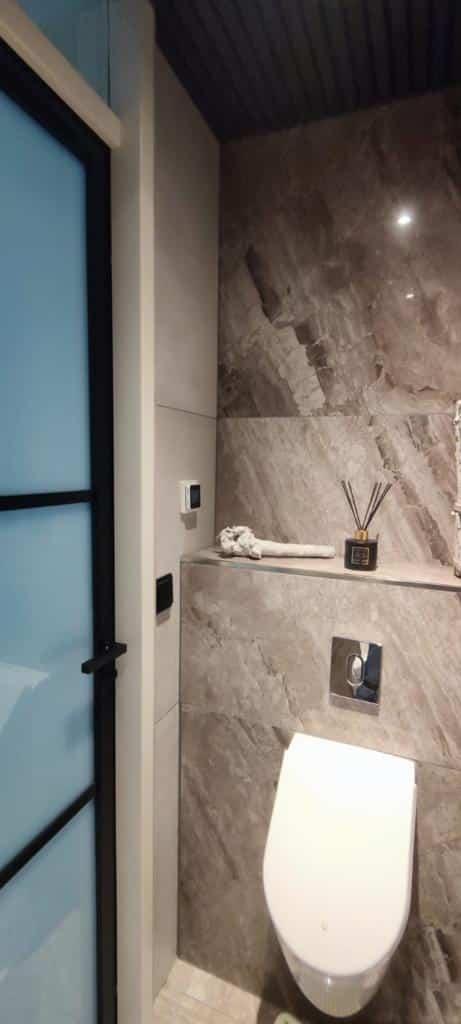 Grijze Betonlook en Bruine Marmerlook tegels toilet